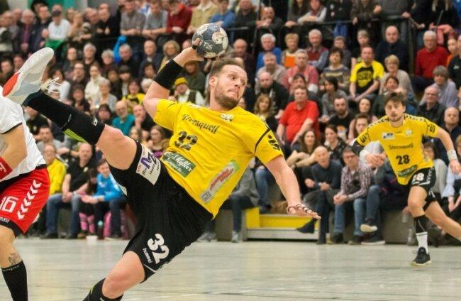 Jakub Kolomaznik (beim Wurf) darf mit seinem SV 04 Oberlosa erstmals wieder vor Zuschauern spielen. 250 Fans sind zugelassen.