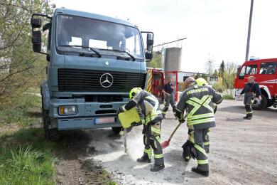 Ein parkender Lkw hatte auf der Stollberger Straße in Oberlungwitz Öl verloren, das es zu beseitigen galt.
