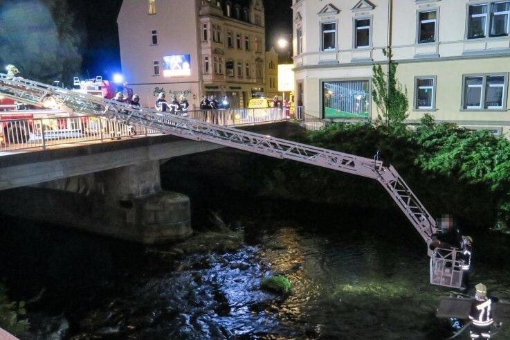 """Von der """"Schieck-Brücke"""" wurde der Rettungskorb zu den Polizisten in die Mulde hinunter gelassen."""