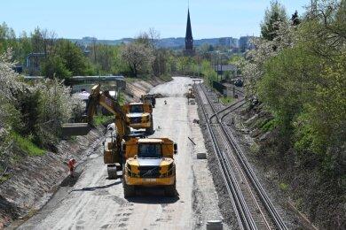 In der Nähe des Chemnitzer Süd-Bahnhofes haben die Bauarbeiten für den Trassenabschnitt zwischen dem Gleisstumpf an der Haltestelle Technopark an der Fraunhoferstraße und der Eisenbahnbrücke über die Werner-Seelenbinder-Straße begonnen. Das Teilstück wird zweigleisig ausgebaut.