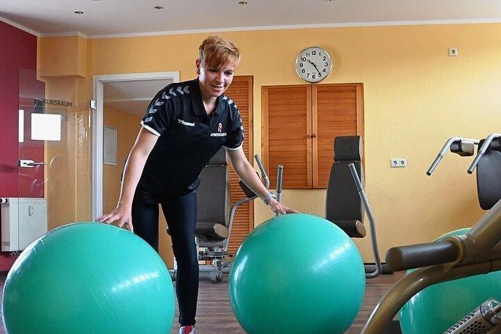 """Fitnesstrainerin Marie Geyer in einem der neuen Trainingsräume des """"Fitnessclubs 21"""" in der Turmpassage in Limbach-Oberfrohna bei Vorbereitungen auf die Wiedereröffnung. Ab 1.Juli will das Studio wieder Sportbegeisterte begrüßen."""