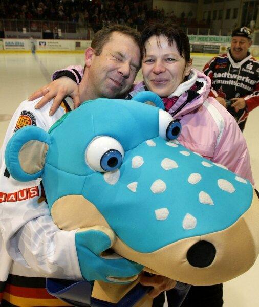 Sandra Hese und Heiko Dörrer im Glück: Als Maskottchen Urmel kostümiert, machte der Crimmitschauer seiner Freundin einen Heiratsantrag. Und sie nahm an.