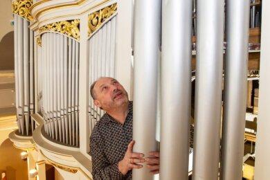 Orgelbauer Thomas Wolf demontiert in der Plauener Lutherkirche derzeit die alte Orgel. Per Internet können Interessenten dank Webcam die Arbeiten mit verfolgen.