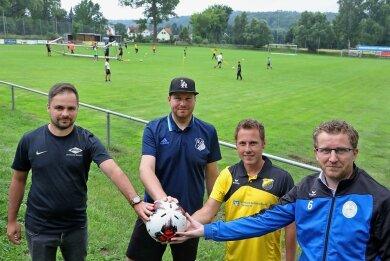 Sie haben sich auf Details für ein Benefizturnier verständigt: Yannic Sachse (Fortschritt), Patrick Jahn (VfB Empor), Eric Hofmann (Lok) und Marcel Matthes (Wernsdorf/von links nach rechts).