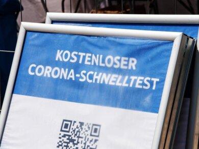 Ein Schild mit der Aufschrift «Kostenloser Corona-Schnelltest» steht vor einem Testzentrum in München. Die Sieben-Tage-Inzidenz in Deutschland ist laut RKI den zweiten Tag in Folge gestiegen.