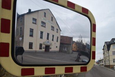 """Das Foto zeigt den Eingangsbereich zum Landgasthof """"Linde"""" in Mühlau. Wegen Brandschutzmängeln soll der Zugang zum oberen Stockwerk gesperrt werden. Das sorgt im Dorf und bei Vereinen für Ärger."""