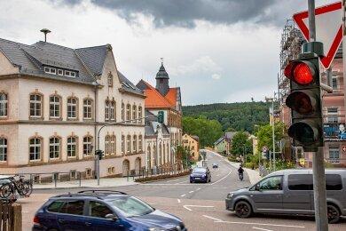 Mit rund 10.000 Euro hat sich die Stadt Flöha an der Modernisierung der Ampelanlage an der Schulbergkreuzung beteiligt. Die Beseitigung der grünen Rechtspfeils ist eine Reaktion der Stadt auf Elternkritik.