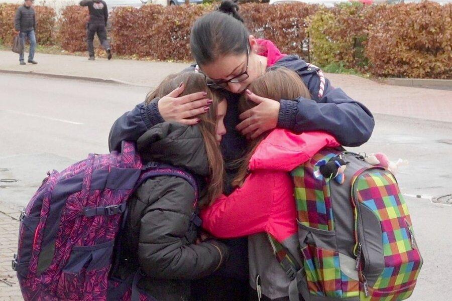 Carolin Neuhäuser nahm am Montag ihre Tochter und eine Freundin in Empfang und umarmte beide ergriffen. Die Mädchen hatten bange Stunden in ihrer Schule ausharren müssen, weil in der benachbarten Berufsschule ein Drohschreiben eingegangen war.