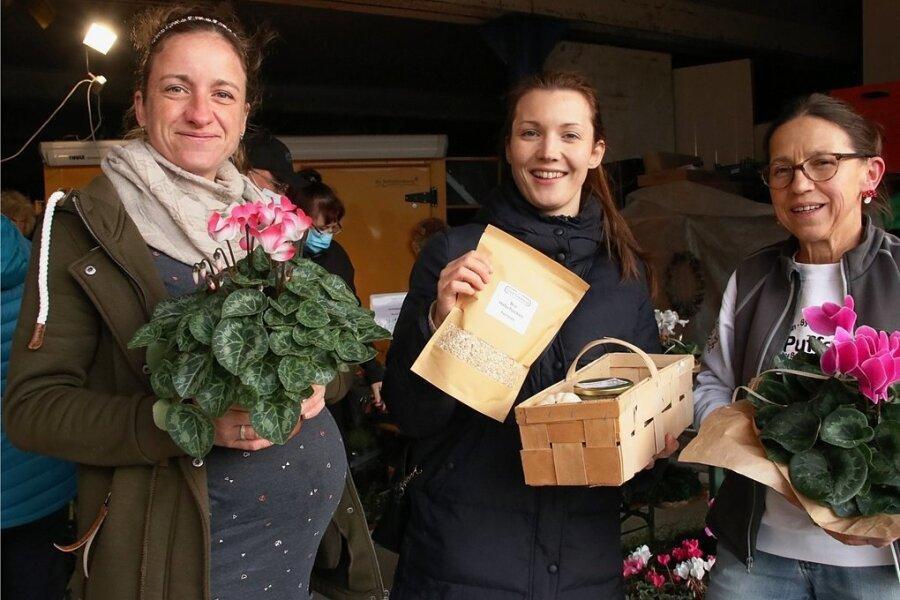Caroline Lange (Mitte) hat eingekauft und beliefert auch die Marktschwärmer. Die beiden Gastgeberinnen Elisabeth Leupold (links) und Sylvia Schellenberg kennt sie, viele andere aber noch nicht.