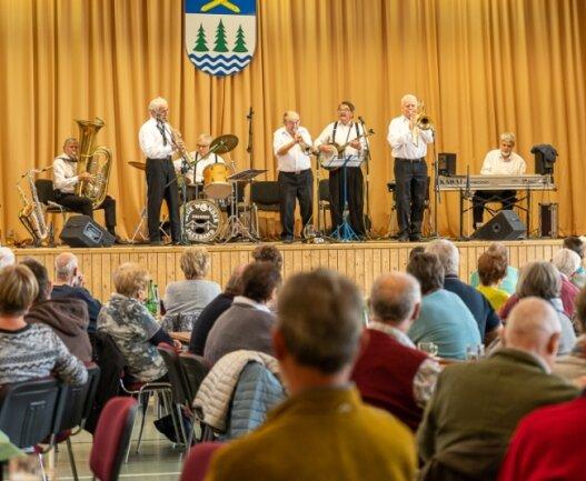 Endlich zurück auf der Bühne: Blue Wonder Jazzband aus Dresden spielte am Sonntag zum Dixieland-Frühschoppen in Grünbach, mit dem der Kultur- und Heimatverein Grünbach die Rückkehr zu seinem Veranstaltungsprogramm wagte.Foto: David Rötzschke