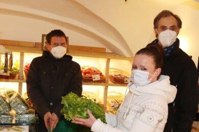Susan Neubauer (vorn), Markus Wiegand (links) und Lutz Gärtner füllen täglich die Regale auf.