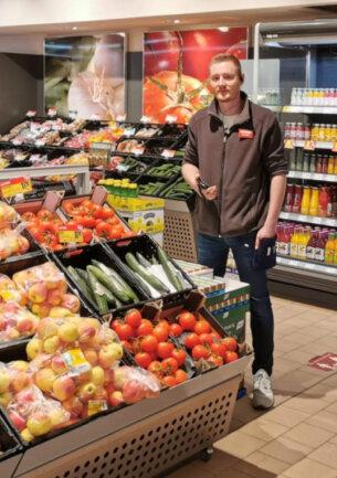 Marktleiter André Günther im nahkauf-Markt in Schneeberg.