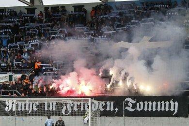 Fans gedenken eines verstorbenen Chemnitzers, der der Hooligan- und Neonazi-Szene angehörig galt.