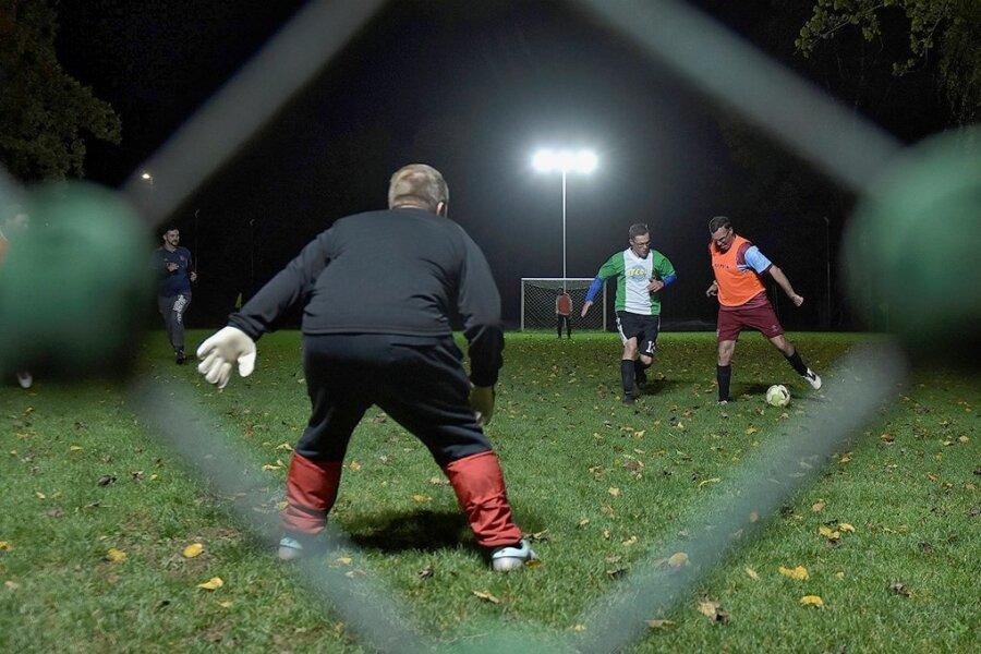 Ein Fußballkick am Abend ist in vielen kleinen Dörfern des Vogtlandes alles andere als selbstverständlich. Auch in Breitenfeld, das zu Markneukirchen gehört, nicht. Durch Eigeninitiative und viele Unterstützer hat der Bolzplatz dort jetzt eine Beleuchtung erhalten.