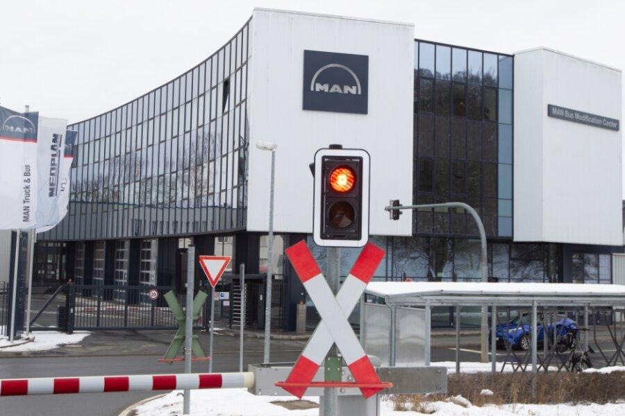 Im MAN-Werk am Plauener Leuchtsmühlenweg werden Busse um- und ausgebaut. Die Zukunft des Standorts ist jedoch offen - es droht die Schließung, 150 Beschäftigte bangen um ihre Jobs.