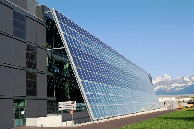 Alpengipfel und Solarmodule: die Firmenzentrale der Meyer Burger Technology AG in Thun im Schweizer Kanton Bern.
