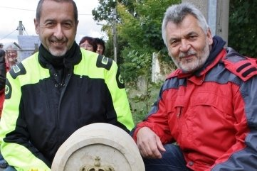 Der damalige Eppendorfer Bürgermeister Helmut Schulze (l.) und Steinmetzmeister Steffen Weinhold (r.) vor der sanierten Postmeilensäule in Eppendorf.