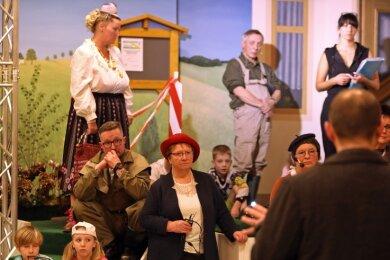 Das Entsetzen ist den Hobbymimen ins Gesicht geschrieben, als Bürgermeister Daniel Röthig die Generalprobe abbrechen lässt.