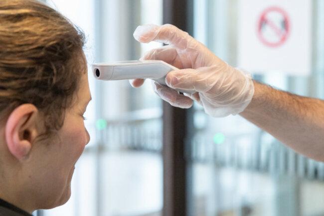 Die Messung der Körpertemperatur mit einem Fieberthermometer kann Hinweise auf eine Infektion mit dem Coronavirus geben.
