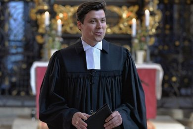 Justus Geilhufe (30) nach seiner Ordination durch Superintendentin Hiltrud Anacker.