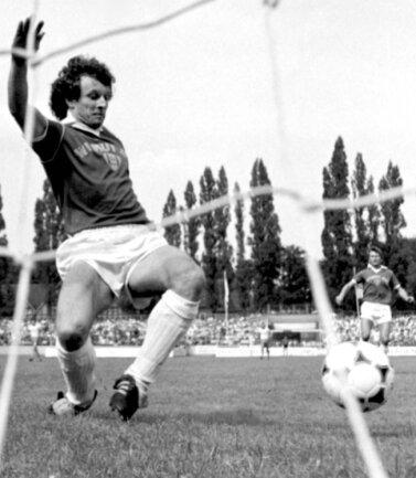 Erhard Süß aus Schwarzbach erzielte 1981 beim dramatischen Saisonfinale sein erstes Oberliga-Tor für Aue. Diese Aufnahme zeigt ihn in einer Partie 1984, als er einen Gegentreffer gerade noch so vereitelt.