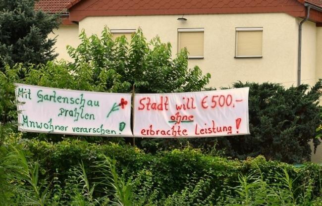 Mit großflächigen Parolen protestieren Anwohner der Landesgartenschau gegen empfundene Benachteiligungen.