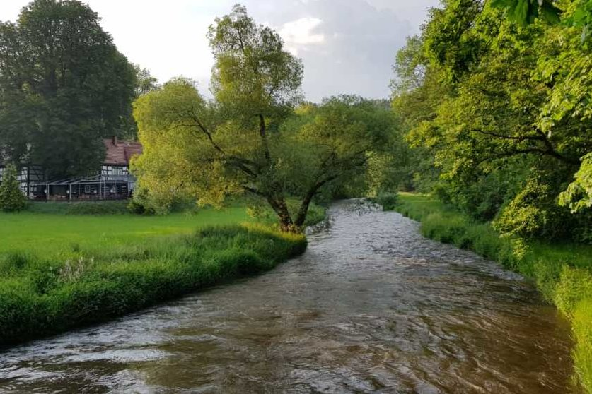 Auch an der Gaststätte Lochbauer nahe Möschwitz war der Pegel am Samstag durch Niederschläge gegen 20 Uhr stark geschwollen.