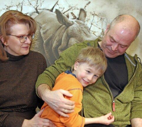 Der neunjährige Felix beim Spielen mit Heike und Sylvio Weigel. Seit er ein halbes Jahr alt ist, lebt der Junge bei seiner Pflegefamilie in Oberbobritzsch.