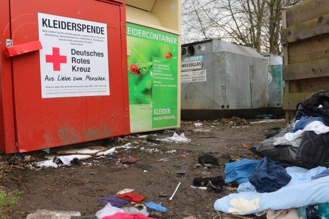 Standplätze für Wertstoff- und Kleidercontainer wie in Syrau (Foto) werden immer wieder zugemüllt.