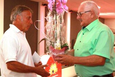 Blumen von Bürgermeister Volker Bachmann (Pro Lengenfeld) für Hartmut Grüllich, den Abteilungsleiter Kegeln, der in 198 Stunden ehrenamtlich beim Bau geholfen hat.