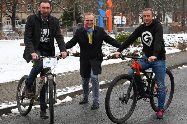 """Der neue Hauptsponsor soll den Heavy-24-Machern neuen Schwung geben: Eins-Geschäftsführer Roland Warner (Mitte) mit den """"Rennmachern"""" Alex Liebers (links) und André Gläß."""