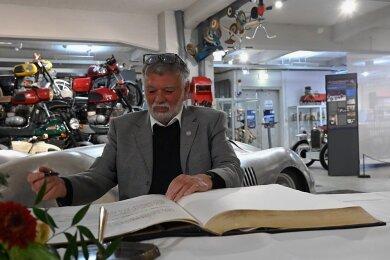 Frieder Bach hat sich am Mittwochnachmittag in das Goldene Buch der Stadt Chemnitz eingetragen. Mit seiner Sammlung und seinen Recherchen hat er den Grundstein für das Museum für sächsische Fahrzeuge in Chemnitz gelegt, in dem jetzt die Ehrung stattfand.