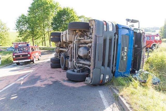 Lkw auf Seite gekippt - Fahrer schwer verletzt