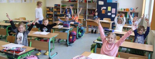 Die erste Gruppe der Klasse 2c der Friedrich-Schiller-Grundschule Flöha freute sich am Donnerstag über den Schulbeginn.