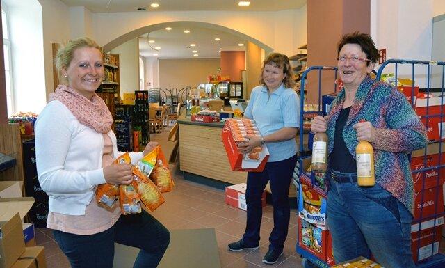 Sissy Grübler und die Verkäuferinnen Diana Haase und Helga Scheffler (von links) betreuen den neuen Laden.