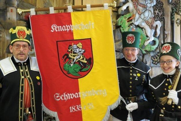 Stefan Hahn mit Ehefrau Johanna und Enkelin Linda haben im Rathaus die neue Standarte vorgestellt.