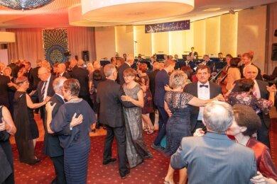 """Als """"Zaubernacht"""" war der 27. Theaterball tituliert. Nach unterhaltsamem Galaprogramm und erlesenem Drei-Gänge-Menü - einschließlich Dessert-Buffet - wurde mit der traditionellen Walzerrunde die Ballnacht im Ahornhotel Am Fichtelberg in Oberwiesenthal eröffnet."""