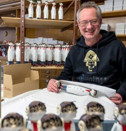 Und wieder einer fertig: Holzspielzeugmachermeister Tino Günther hat mit dem Räucher-Drosten einen Verkaufsschlager gelandet.