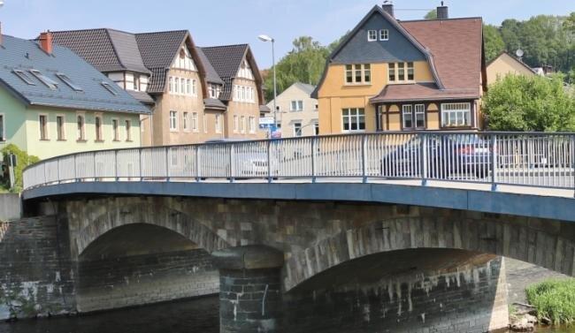 Wird bald Geschichte sein: Die Kirchenbrücke in Flöha wird durch einen Neubau ersetzt, der mehr Wasser durchlässt
