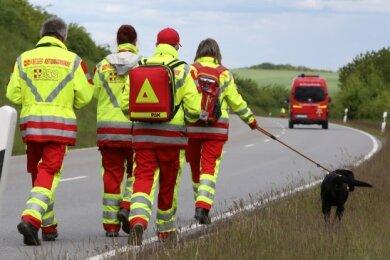 Am Dienstag suchten Einsatzkräfte mit Hunden nach dem Vermissten, unter anderem im Bereich der Mühlauer Straße, die gesperrt wurde.
