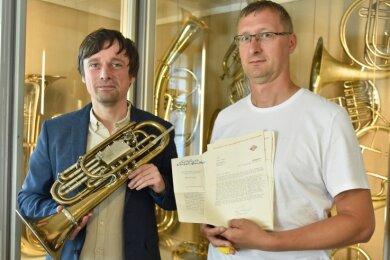 Museumsleiter Stefan Hindtsche (links) zeigt das besondere Waldhorn in Trompetenform und Mario Weller, der dazu forscht.