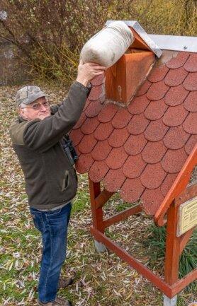 Im Ellefelder Park steht ein großes Futterhaus, dass Ornithologe Michael Thoß ganzjährig regelmäßig befüllt.