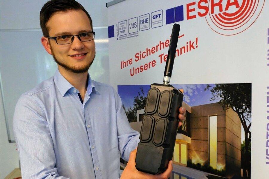 Esra-Chef Simon Strobel mit dem Herzstück des KI-Systems. Die sogenannte Bridge sendet die via Bewegungsmelder von einer Kamera aufgenommenen Bilder vom Geschehen an eine KI-bestückte Cloud.