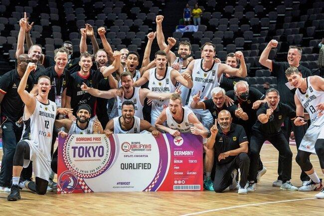 Da ist das Ticket nach Tokio! Die deutsche Basketballnationalmannschaft feierte am Sonntag den Sieg beim Qualifikationsturnier in Split. Mittendrin war auch Niners-Spieler Jan Niklas Wimberg (stehend, 5. von links).