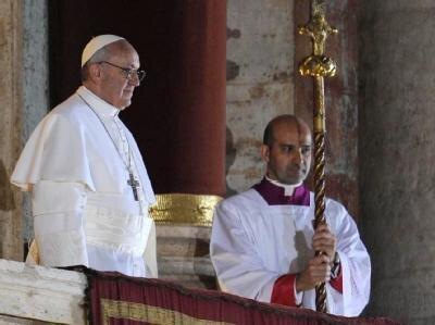 Papst Franziskus I. bei seinem ersten Erscheinen vor den Menschen auf dem Petersplatz.