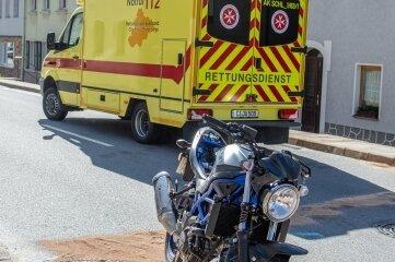 Die Feuerwehr musste auslaufenden Kraftstoff beseitigen.