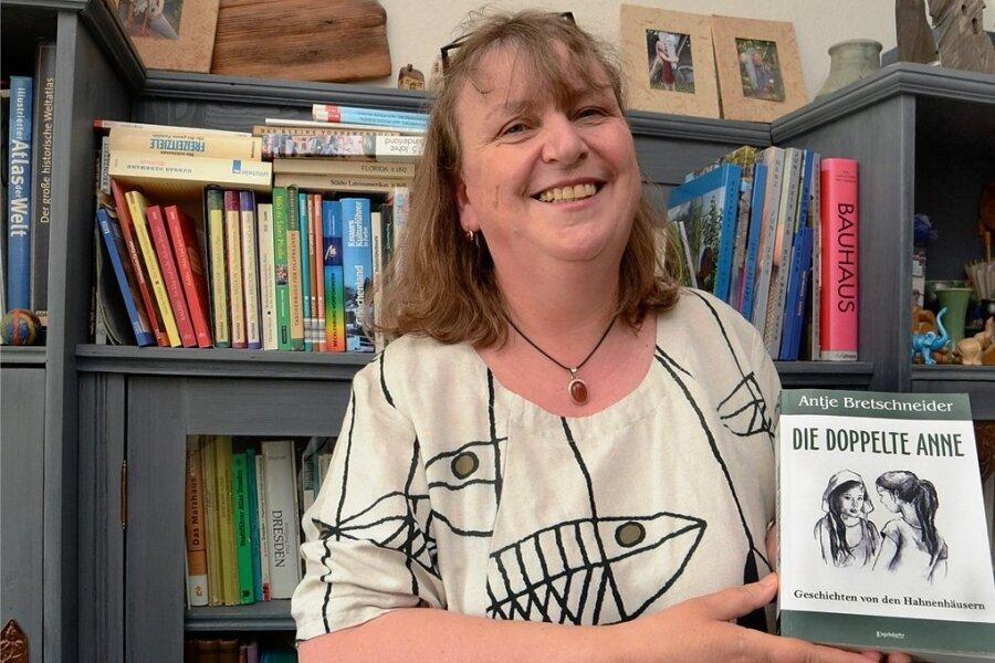 """Antje Bretschneider mit ihrem Debütroman """"Die doppelte Anne"""". Foto: Joachim Thoß"""