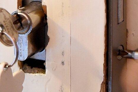 Ein Schlüsseldienstmitarbeiter baut ein neues Türschloss ein. Verbraucherschützer raten, ortsansässige Firmen zu beauftragen.