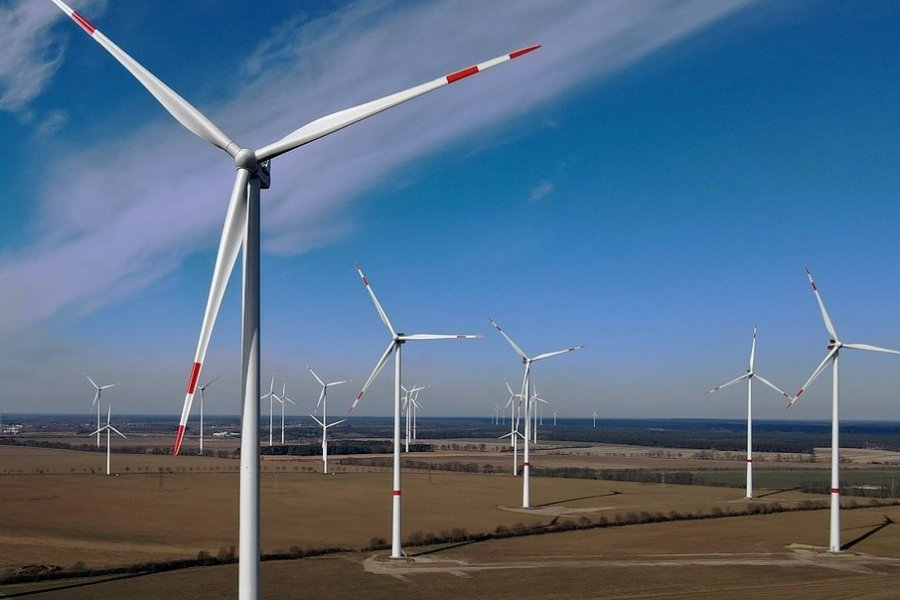 Windräder in einem Windpark. Bei der Windenergie fällt Sachsen im Vergleich zu anderen Bundesländern zurück.
