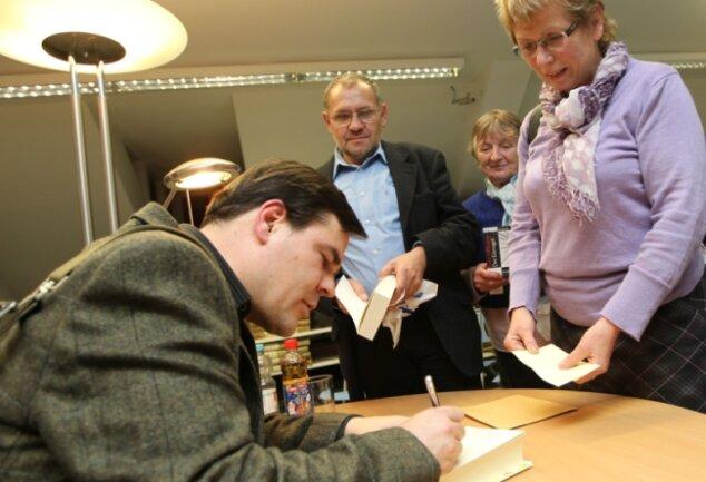 """<p class=""""artikelinhalt"""">Uwe Tellkamp signierte nach seiner Lesung in der Vogtlandbibliothek Bücher. </p>"""